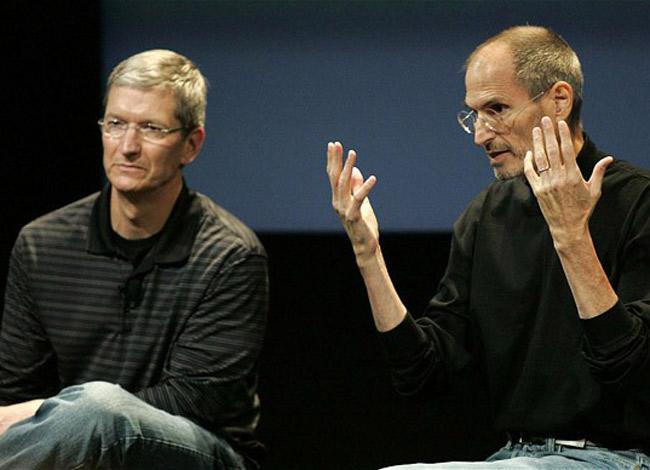 Hai nhà lãnh đạo kiệt xuất của Apple là Steve Jobs (phải) và Tim Cooks (trái) trong buổi nói chuyện với sinh viên trường Đại học Auburn (Mỹ) năm 2010. Ảnh: CNBC.