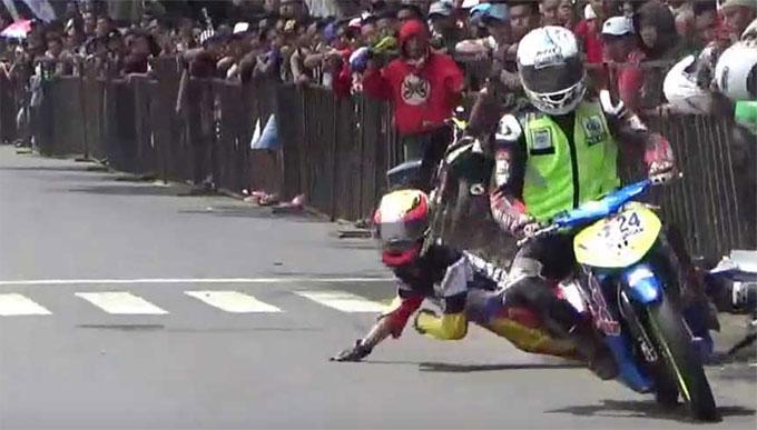 Hai tay đua chạy sát nhau khiến Dimas bị ngã và bỏ cuộc trước đó.