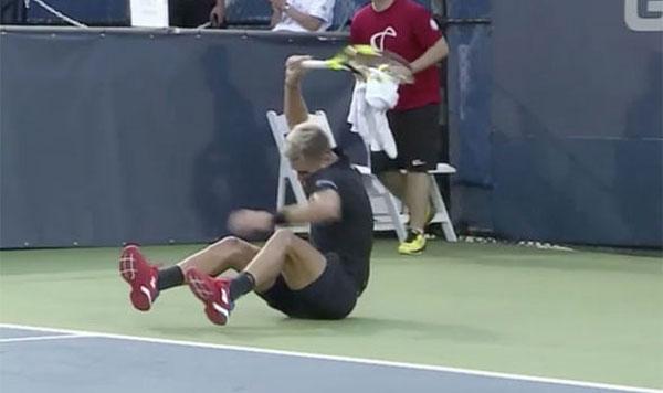 Tay vợt Pháp liên tục đập vợt trong trận đấu