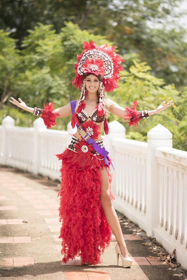Người đẹp Chi Lê khoe hình thể gợi cảm với trang phục kếtlông vũ đỏ rực.