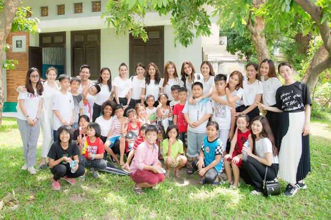 Doanh nhân Nguyễn Trần Hải Dương, MC Phan Anh, giám khảo Minh Tú cùng các thí sinh Tìm kiếm Miss Supranational Vietnam 2018 vừa tới thăm Làng trẻ em SOS ở quận Gò Vấp, TP HCM. Các thành viên trong đoàn không chỉ trò chuyện, thăm hỏi mà còn trao quà bánh và chơi đùa với các em.