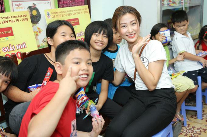 Tham gia hoạt động thiện nguyện, các thí sinh đều nhận được sự yêu mến của những em nhỏ nơi đây bởi sự đáng yêu, thân thiện.