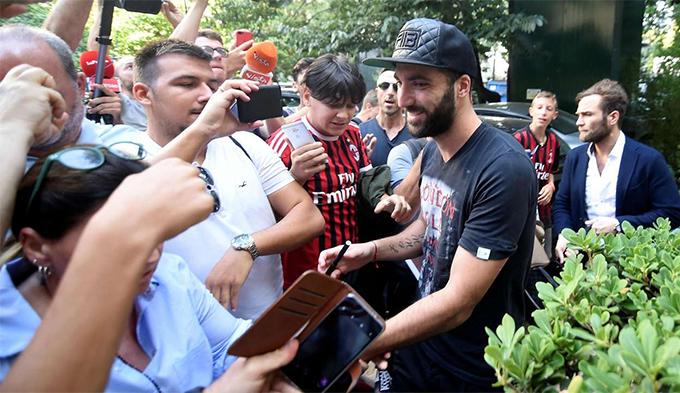CĐV Milan chào đón Higuain. Ảnh: Reuters.