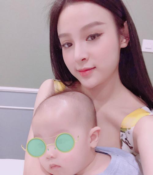 Huyền Bay khoe gương mặt không tuổi khi selfie cùng con trai.