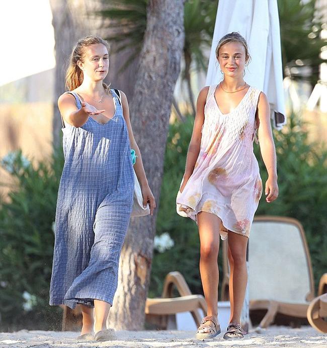 Trước đó, em họ của Hoàng tử William và Harry, và chị gái Marina được trông thấy cùng nhau vui vẻ tới bãi biển. Amelia chọn một chiếc váy màu hồng trong khi Marina (25 tuổi) mặc váy xanh.