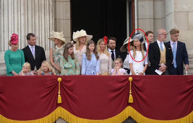 Theo một số tờ báo Anh, Ameliakhông nằm trong danh sách khách mời đám cưới của Hoàng tử Harry và Meghan tại lâu đài Windsor hồi tháng 5. Vì số lượng khách mời được giới hạn nên Hoàng tử Harry quyết định chỉ mời những người thực sự thân thiết. Trong ảnh, Amelia (khoanh đỏ) đứng cạnh ông nội, Công tước xứ Kent, tham dự một sự kiện của hoàng gia trên ban công Điện Buckingham. Ảnh: UK Press.