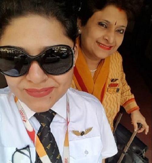 Phi công Ashrrita và mẹ, nữ tiếp viên Pooja chụp ảnh tự sướngtrước khi lên chuyến bay hôm 31/7 của hãng hàng không Air India. Ảnh: Twitter.