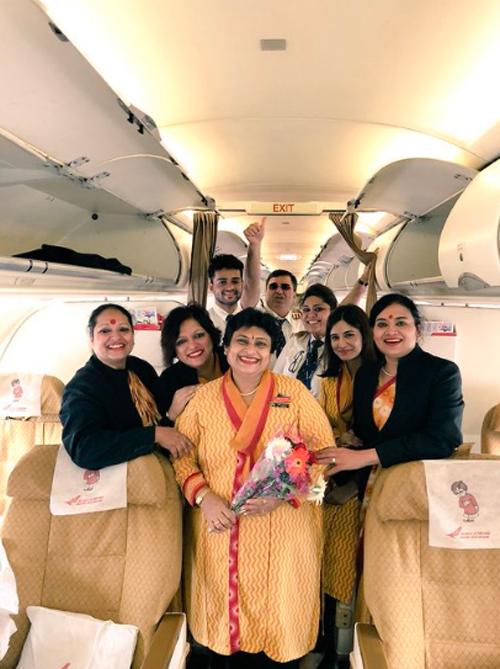 Bà Booja được phi hành đoàn tặng hoa khi thực hiện chuyến bay cuối cùng trong tư cách tiếp viên hàng không. Ảnh: Twitter.