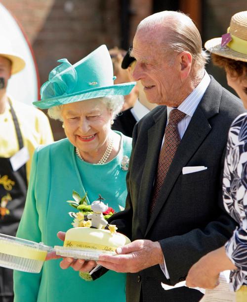 Nữ hoàng luôn là người được ăn bánh gato đầu tiên. Ảnh: UK Press.
