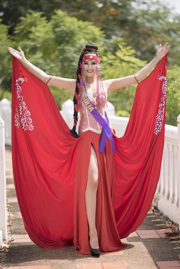 Đại diện của Mông Cổ chọn thiết kế xẻ cao sexy.