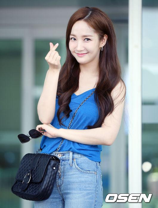 Trưa nay 3/8, Park Min Young lên đường sang Pháp chụp hình tạp chí. Tại sân bay Incheon, trước sự quan tâm của cánh ký giả, thư ký Kim dành thời gian chào hỏi, giao lưu với báo chí vài phút trước khi rời đi.
