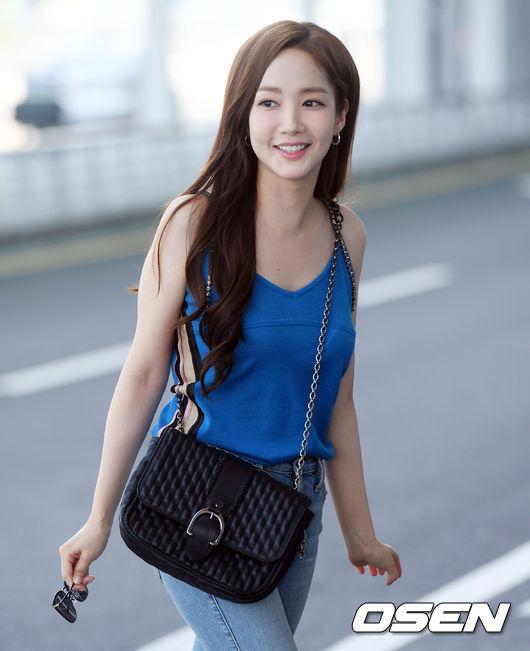 Park Min Young mới đây đã lên tiếng phủ nhận tin đồn cô và bạn diễn Park Seo Joon phim giả tình thật và khẳng định, hai người chỉ là đồng nghiệp. Tuy nhiên, cô đánh giá cao năng lực diễn xuất của Phó Chủ tịch và nhận xét rằng quả thực anh đẹp trai, đầy sức hút.