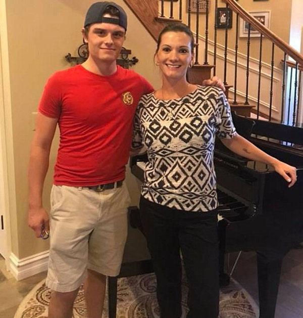 Bryce chụp cùng JuliaVarchetti, chủ ngôi nhà mà anh đến giao pizza và đánh piano. Ảnh: