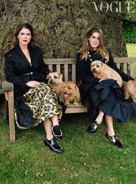 Công chúa Eugenie (trái) và chị gái Beatrice (phải) trong một bài phỏng vấn trên Vogue. Ảnh: Vogue.