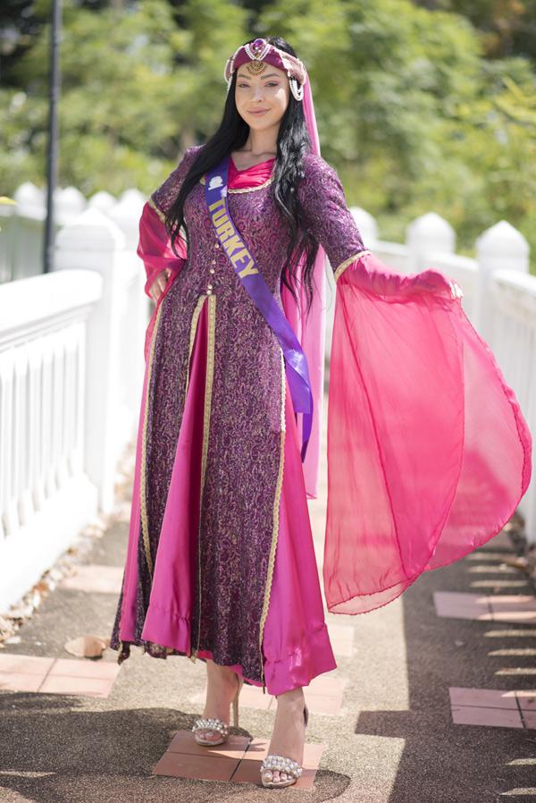 Người đẹp Thổ Nhĩ Kỳ góp mặt trong 50 thí sinh dự thi trang phục truyền thống tại Thái Lan, hôm 2/8. Kết quả phần thi quốc phục sẽ được công bố trong đêm chung kết diễn ra tối 8/8.