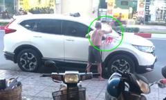 Cụ ông xịt sơn ôtô đỗ trước nhà ở Sài Gòn