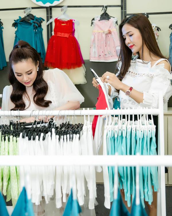 Vy Oanh nhiệt tình giúp Kim Cương chọn trang phục cho con.