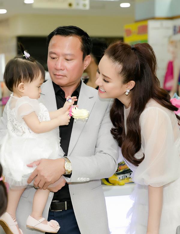 Bé Tuệ An - con gái Vy Oanh được gần 1 tuổi, quấn bố không rời. Trong khi đó, con lớn của Vy Oanh cũng theo bố mẹ đi sự kiện nhưng chạy nhảy không ngừng.