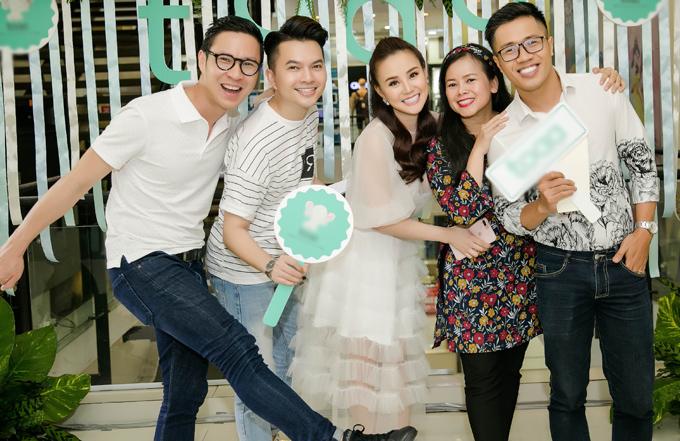 Anh Quân, Nam Cường, Quốc Bình và ca sĩ Diễm Phương (áo hoa) chụp ảnh kỷ niệm cùng bà chủ cửa hàng.