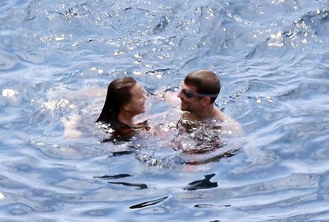 Irina Shayk được bạn trai tài tử mát-xa trên bãi biển - 9