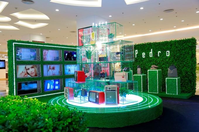 Đại diện thương hiệu cho biết, sự kiện khai trương cửa hàng mới và giới thiệu bộ sưu tập Thu Đông 2018 của Pedro diễn ra trong không gian mô phỏng lại khung cảnh của một mê cung xanh, đưa khách tham quan lạc vào cuộc hành trình khám phá những ý tưởng sáng tạo mới và đậm chất nghệ thuật.