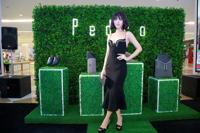 Khánh Linh The Face chọn túi và giày đồng màu để hoàn thiện set đồ, làm bật nổi chiếc đầm đen ôm sát.