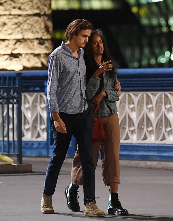 Tối 3/8, con gái lớn cựu tổng thống Mỹ Barack Obama cùng bạn trai Rory Farquharson bị bắt gặp đi dạo dọc sông Thames, ở thủ đô London, sau khi có buổi hẹn hò lãng mạn trong nhà hát.