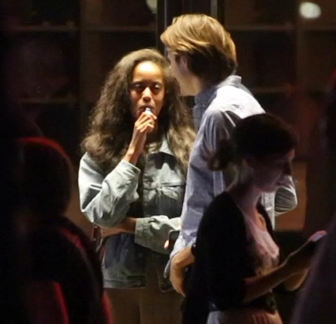 Lúc vừa từ nhà hát The Bridge bước ra, Malia được nhìn thấy đang hút một điếu thuốc điện tử. Bố cô, cựu tổng thống Barack Obama, cũng từng là một người nghiện thuốc lá trước khi vào Nhà Trắng và từng được nhìn thấy nhai kẹo cao su nicorette để từ bỏ thói quen này.