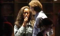 Malia Obama hút thuốc khi hẹn hò bạn trai ở London