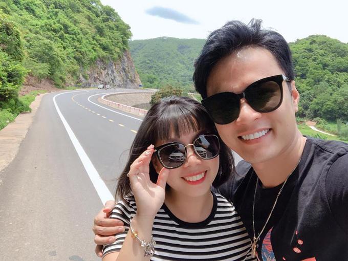 Diễn viên Hồng Đăng và bà xã Anh Đào dừng xe giữa đường để chụp ảnh kỷ niệm. Cặp đôi đã có 18 năm gắn bó từ khi yêu nhau từ hồi lớp 10. Sau 9 năm chung sống, vợ chồng nam diễn viên chưa một lần mâu thuẫn.