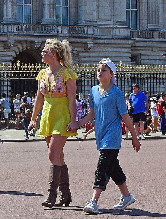 Nữ ca sĩ nhạc pop diện váy vàng trẻ trung, để mặt mộc giản dị hòa lẫn với các du khách khác.
