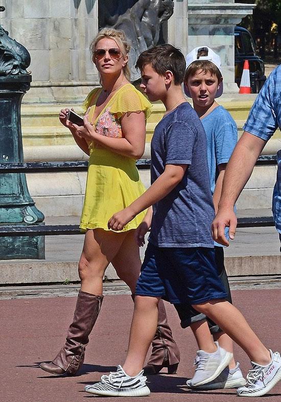 Ngày 3/8, Britney Spears cùng bé Jayden 11 tuổi (đội mũ) và Sean 12 tuổi tham quan cung điện Buckingham ở Anh.