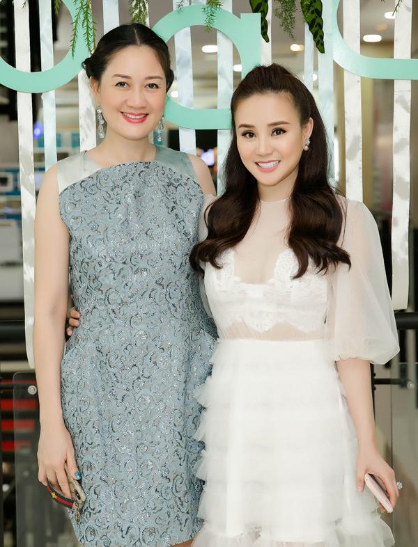 Hoa hậu Áo dài Đàm Lưu Ly ủng hộ Vy Oanh thử sức kinh doanh.
