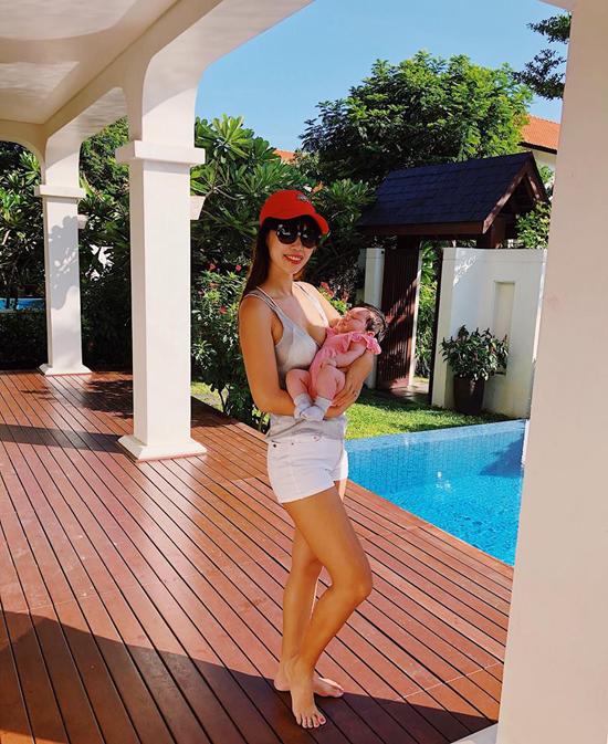 Trong những hình ảnh đăng tải trên Facebook, Hà Anh còn khiến nhiều người ngưỡng mộ về vóc dáng thon thả sau sinh. Vòng hai của cô gần như đã về lại số đo như thuở còn son rỗi.