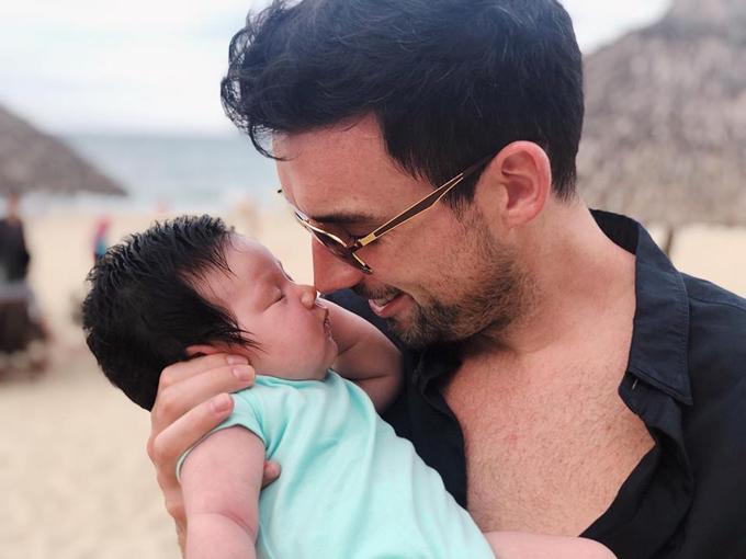 Siêu mẫu rất tự hào vì chồng là một ông bố tuyệt vời. Không chỉ quan tâm, chăm sóc vợ, anh còn dỗ dành khi con khóc, thay tã cho con.