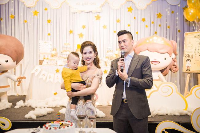 Trái với hình ảnh chàng Phan Hải ngỗ ngược trong Người phán xử, diễn viên Việt Anh ngoài đời có cuộc sống hôn nhân hạnh phúc với bà xã Trần Hương cùng một cậu con trai kháu khỉnh. Dù bận rộn công việc đóng phim, kinh doanh, diễn viên Việt Anh vẫn dành nhiều thời gian cho gia đình và quan tâm đến cảm xúc của vợ.