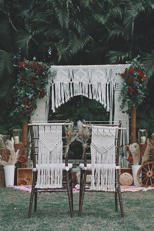 Cổng cưới được trang trí theo phong cách boho (hay còn gọi là bohemian) lấy cảm hứng từ sự ngẫu hứng, phóng khoáng và đầy cuốn hút khiến cô dâu chú rể khó chối từ.