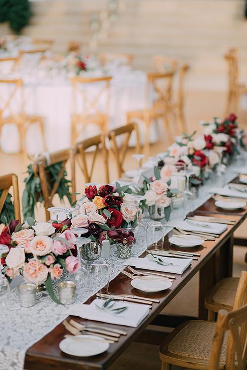Trái với trường hợp ở trên, một số đám cưới sử dụng hoa có màu sắc ấm áp và đậm nét. Phong cách này toát lên sự vui tươi và cuốn hút.