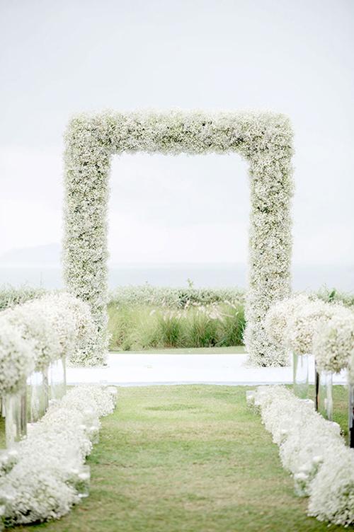 Tân lang tân nương yêu thích màu trắng có thểtrang trí đám cưới với toàn hoa tươi và rất ít lá cây. Từ những trụ hoa và khóm hoa dọc hai bên lối đi cho tới cổng cưới đều mang sắc hoa trắng, đơn giản nhưng nhã nhặn và tinh tế.