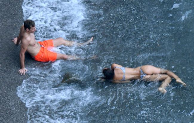 Chân dài 31 tuổi nô đùa với sóng biển ở Italy.