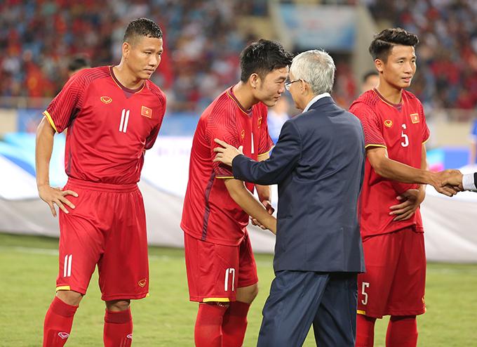 Chủ tịch VFF Đỗ Hùng Dũng bắt tay, động viên tinh thần của Olympic Việt Nam trước trận đấu. Ảnh: Đương Phạm.