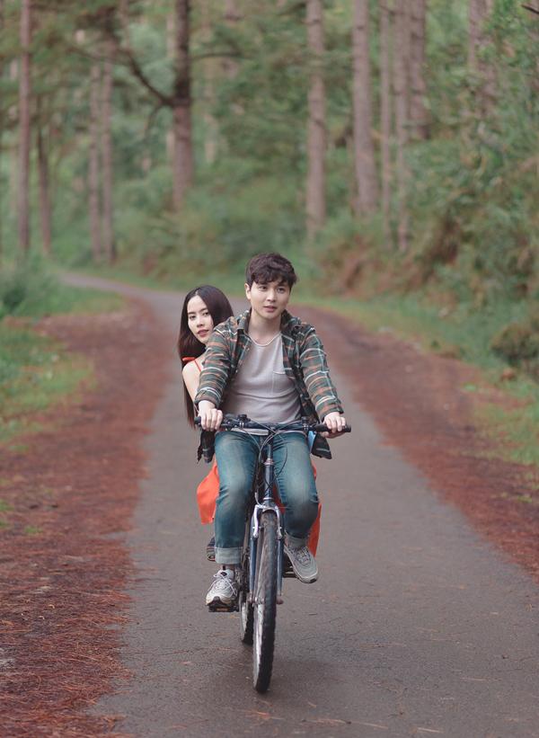 Nam Em quyết tâm mỗi tháng ra một sản phẩm nghệ thuật. Cô vừa lên Đà Lạt quay phim ngắn cùng diễn viên người Hàn Quốc Wook Suk Jung.