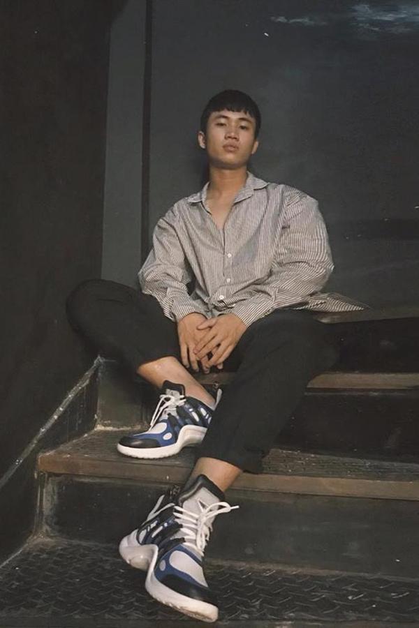 Stylist Trần Nhật Anh diện áo sơmi, quần tây vẫn chất lừ nhờ đôi giày đang gây bão.