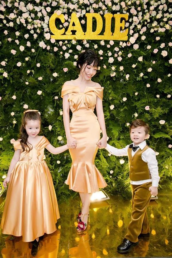 Tối 4/8, diễn viên Elly Trần tổ chức sinh nhật mừng tuổi lên 4 của con gái Cadie Mộc Trà. Cô chọn tông màu vàng làm chủ đạo buổi tiệc cũng như trang phục của ba mẹ con.