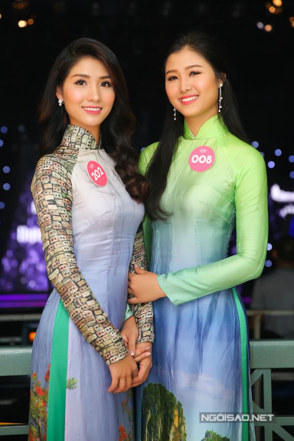 Chiều 4/8, các thí sinh miền Bắc lọt vào vòng chung kết Hoa hậu Việt Nam 2018 có mặt tại TP HCM ghi hình cho phần bình luận của Người đẹp Nhân ái. Họ sẽ thuyết trình và trả lời chất vấn trước hội đồng bình luận gồm: MC Trấn Thành, nhà báo Trác Thúy Miêu và Hoa hậu Mỹ Linh.