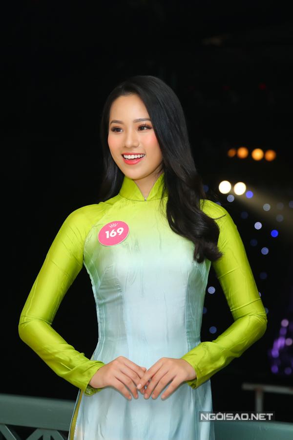 Thí sinh Nguyễn Hoàng Bảo Châu khoe nhan sắc trẻ trung. Cô năm nay mới 18 tuổi, cao 1m73m, số đo 85-60-93.