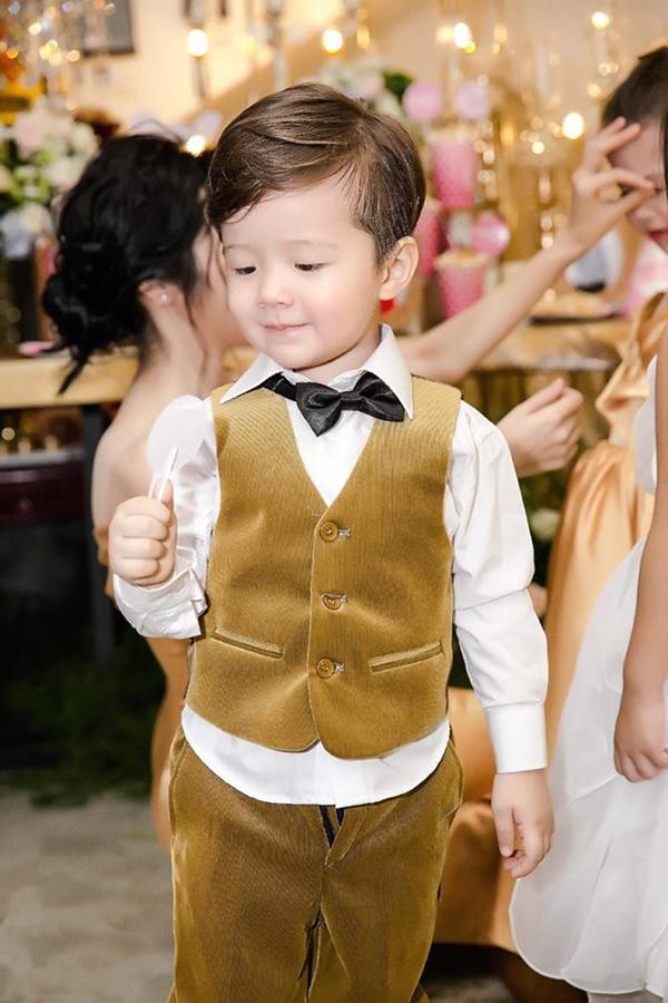Cậu út Alfie Túc Mạch đáng yêu khi diện vest dự sinh nhật của chị gái. Từ khi mới sinh ra, cả Cadie và Alfie đều nhận được tình cảm yêu mến của khán giả và trở thành nhân vật được quan tâm đông đảo trên mạng xã hội.