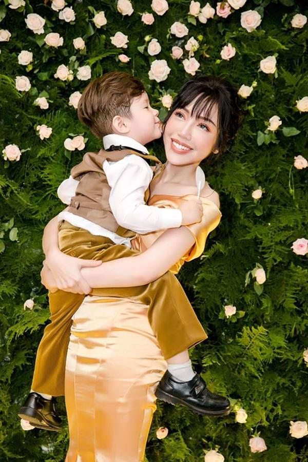Cậu nhóc tình cảm hôn mẹ Elly Trần. Nữ diễn viên cho biết cô hạnh phúc khi hai con càng lớn càng ngoan ngoãn, luôn yêu thương nhau.