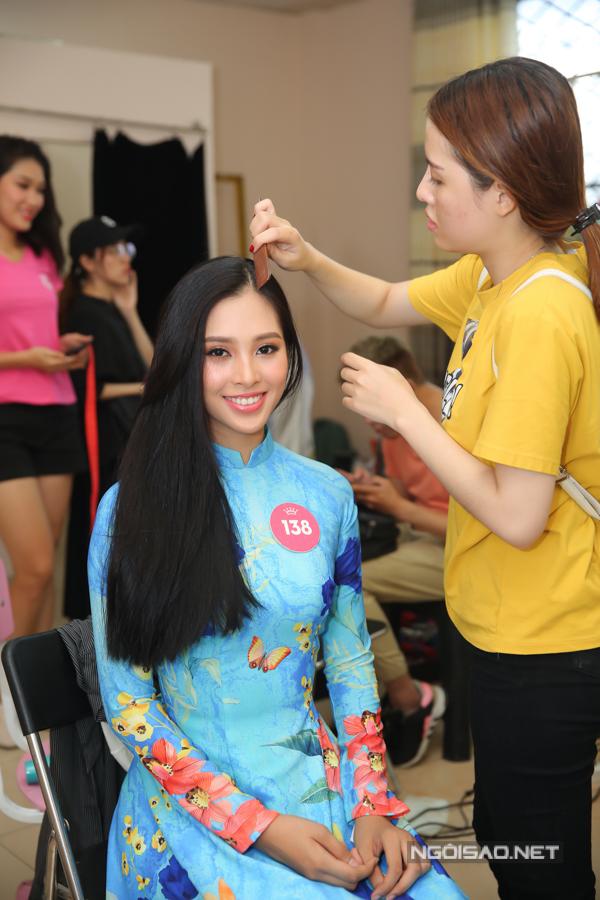 Trần Tiểu Vy có vẻ đẹp hiện đại, nụ cười ngọt ngào.
