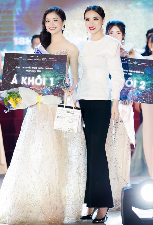 Bảo Hằng từng được Hoa hậu Kỳ Duyên trao giải thưởng trong đêm chung kết Hoa khôi Ngoại thương 2018.